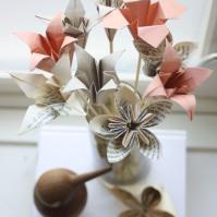 Jeg brettet min første blomsterbukett i juni, til tross for at jeg hadde sverget at papirblomsterbuketter ikke var noe for meg, jeg foretrekker jo egentlig ekte blomster. Men se på de da - de er jo litt fine disse også, er de ikke? Og det er jo tross alt bedre enn plastblomster.